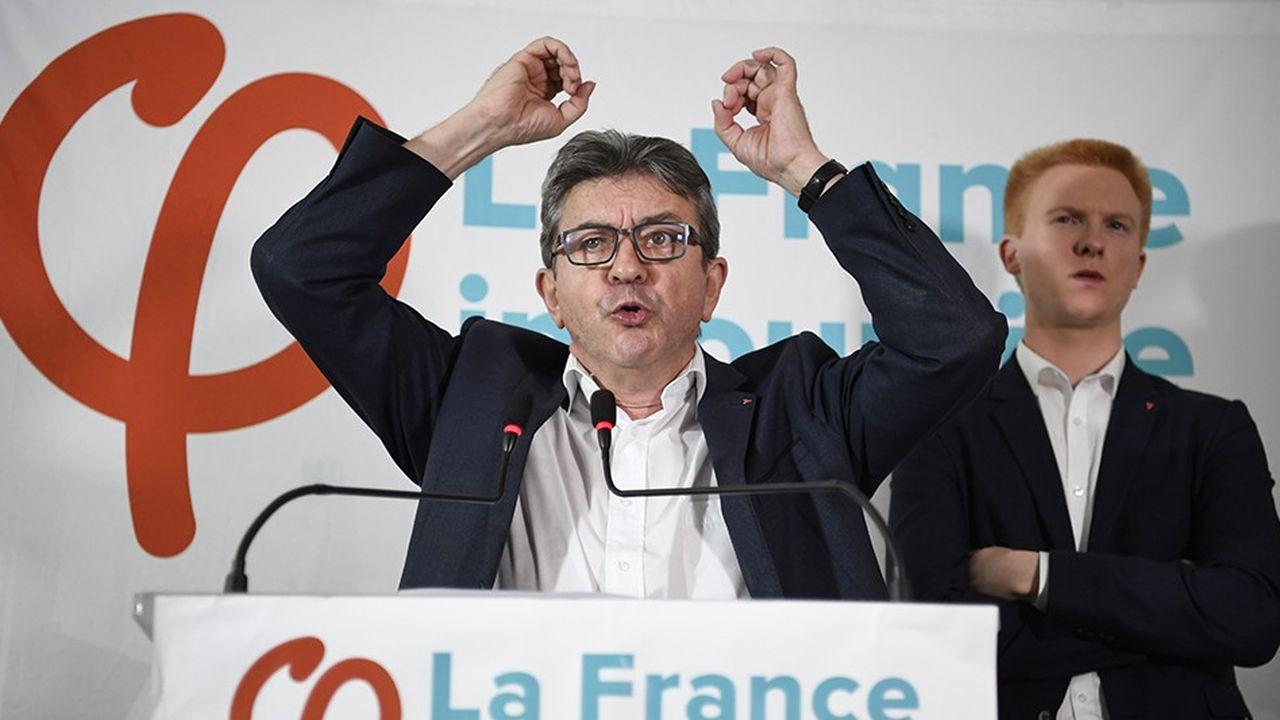 Jean-Luc Mélenchon lors de sa conférence de presse, vendredi, devant le député LFI Adrien Quatennens.