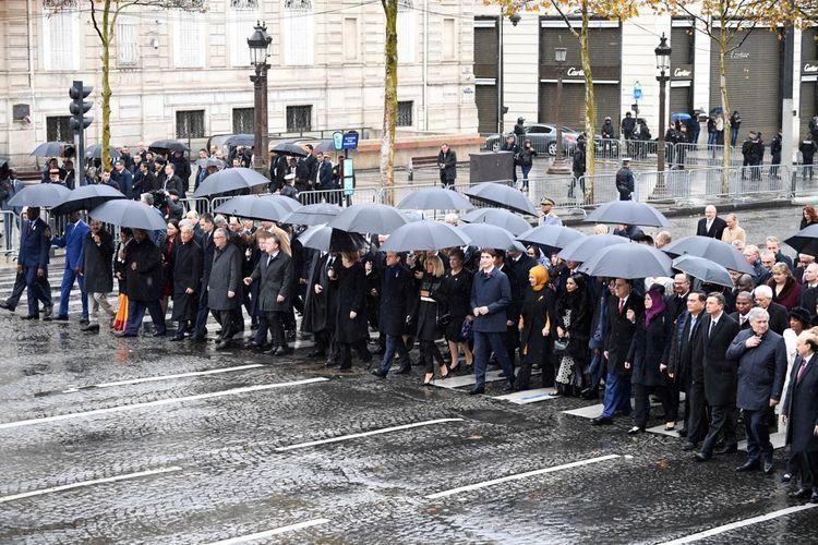 Les chefs d'Etat et de gouvernement remontent les Champs Elysées pour assister à la commémoration du centenaire de l'armistice sous l'Arc de Triomphe.