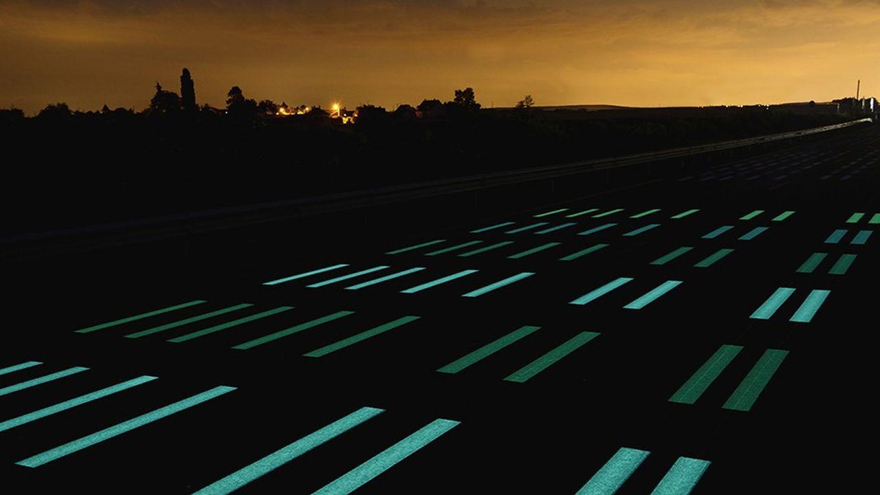 Depuis l'été 2018, Eiffage et OliKrom testent pendant un an leur peinture photoluminescente sur la RN2 au niveau de Boissy-Fresnoy, afin d'évaluer sa résistance aux agressions extérieures et au trafic.