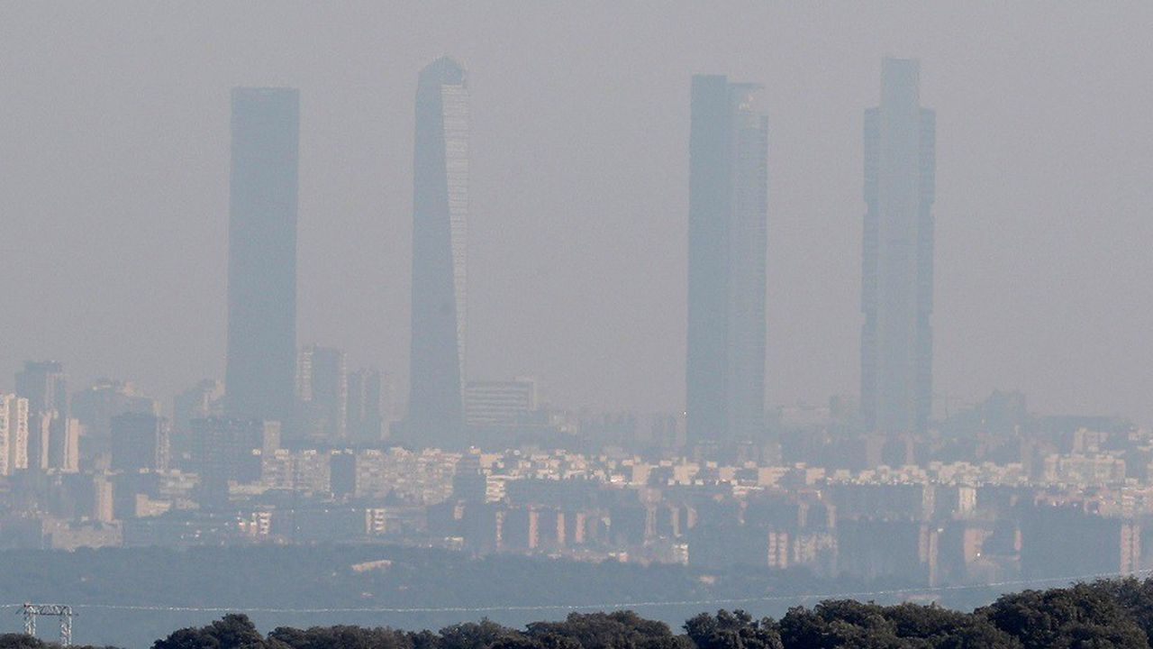Madrid et ses gratte-ciel lors d'un pic de pollution en janvier2018