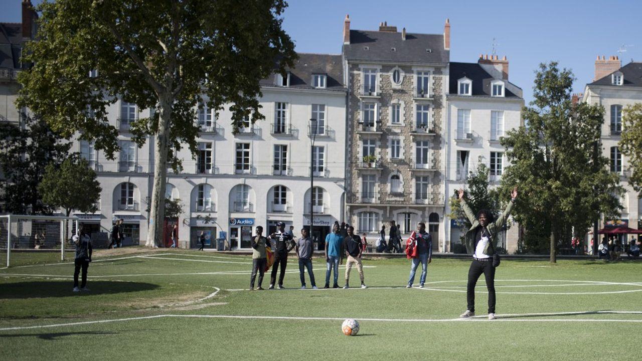 Des jeunes migrants jouant au football lors d'un match dans un parc de Nantes, en septembre dernier.