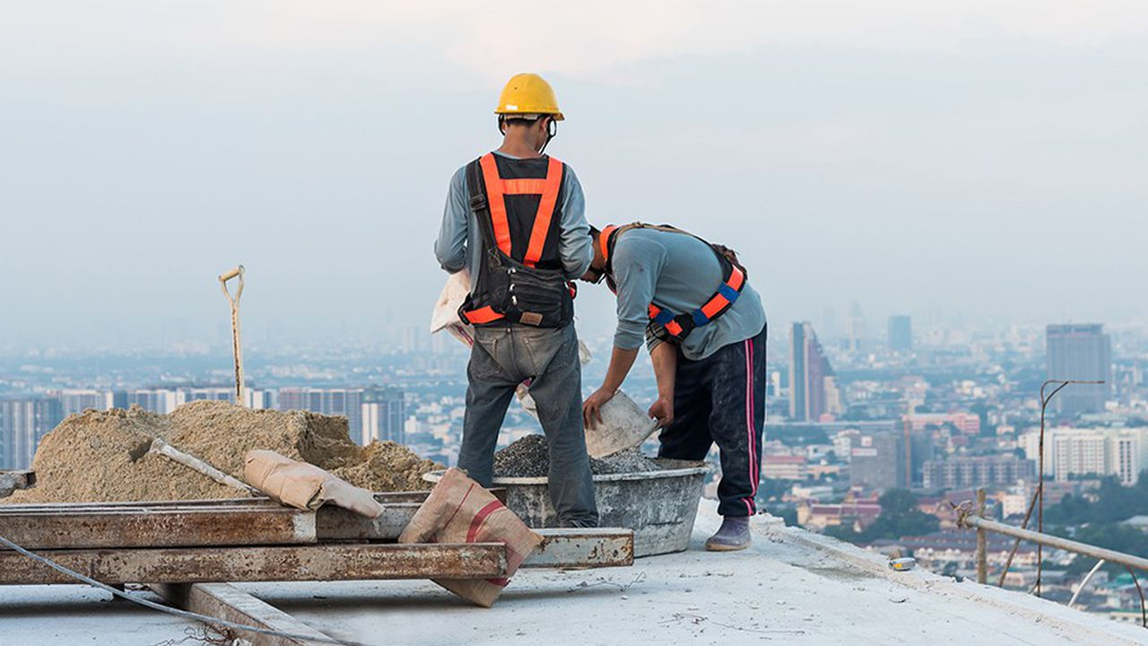 Le secteur du bâtiment et des travaux publics conserve une sinistralité élevée, mais elle est en baisse quasi continue depuis vingt ans.