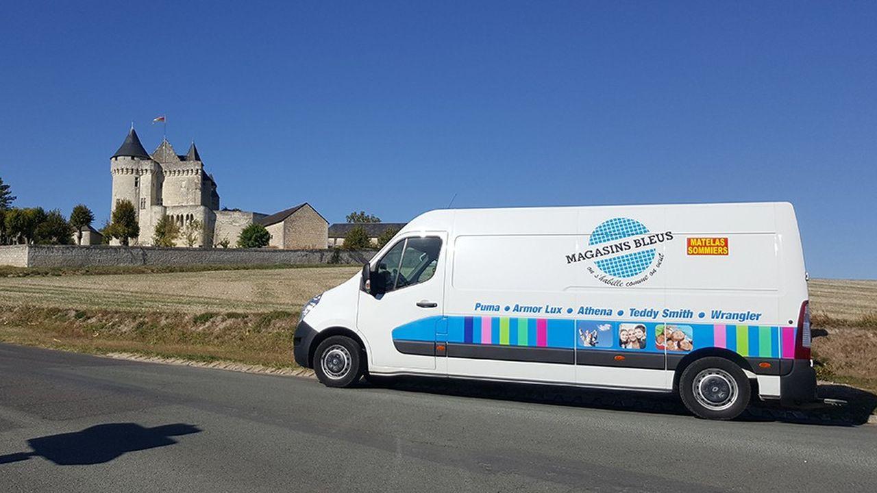 Les vendeurs Magasins Bleus ont un statut de VRP. Une camionnette aménagée en boutique est mise à leur disposition.