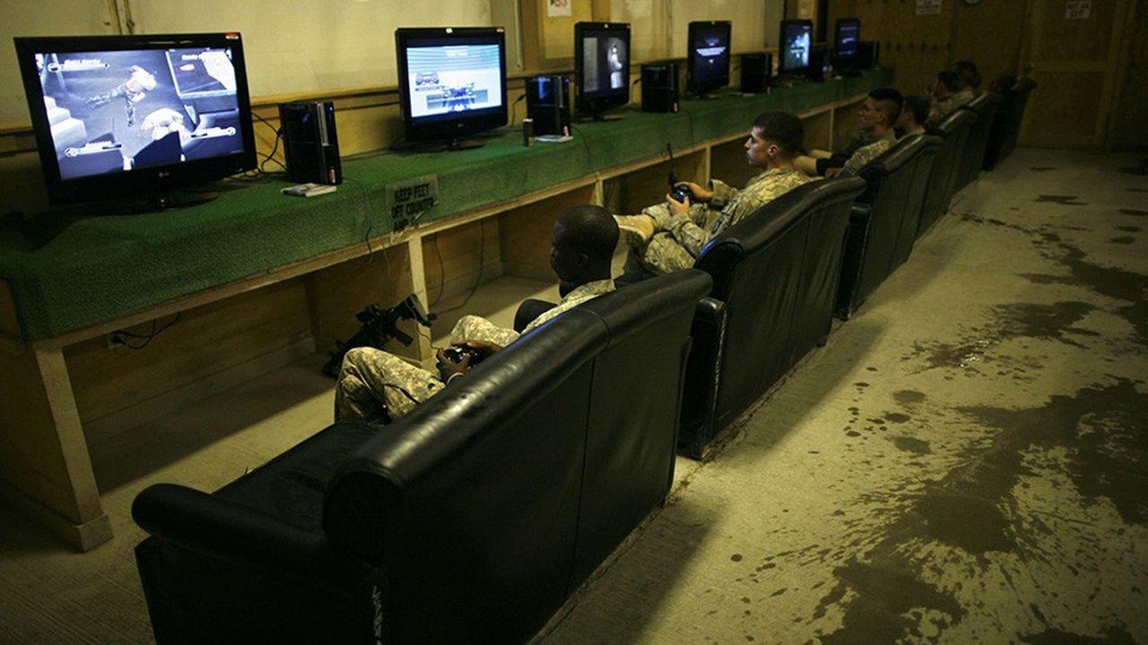 Les jeux vidéo sont déjà présents dans la vie des soldats américains pendant leurs moments de détente, comme ici dans une base de l'US Army à Kandahar, en Afghanistan.
