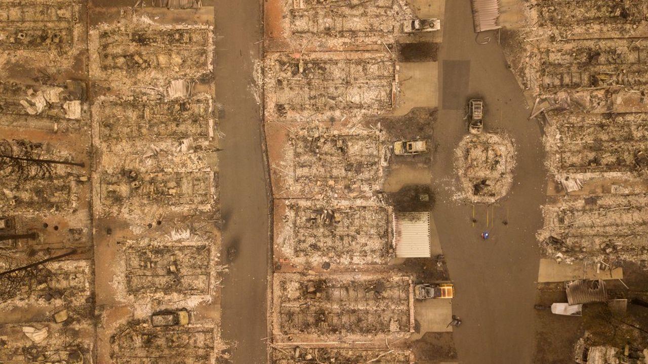 Près de 9.000 pompiers sont déployés sur les deux brasiers, qui ont entraîné l'évacuation de dizaines de milliers d'habitants.