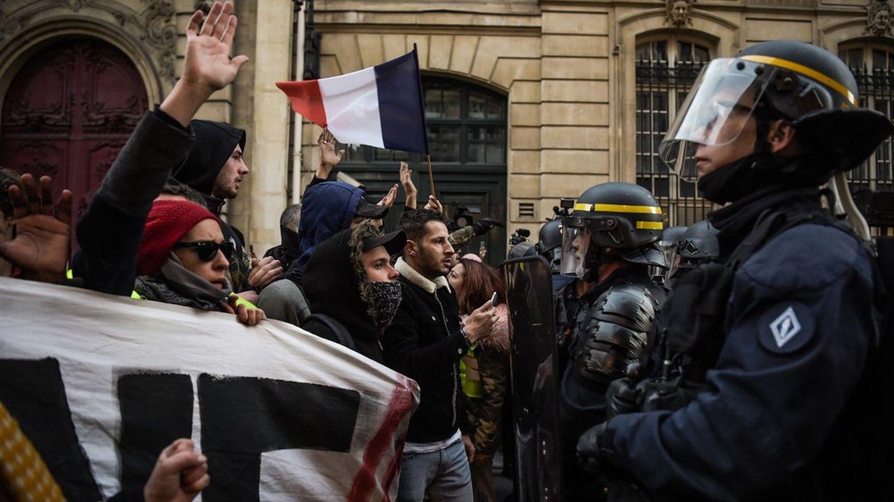 A Paris, quelques centaines de «gilets jaunes», la plupart venus des départements alentour, ont manifesté à proximité de l'Elysée.