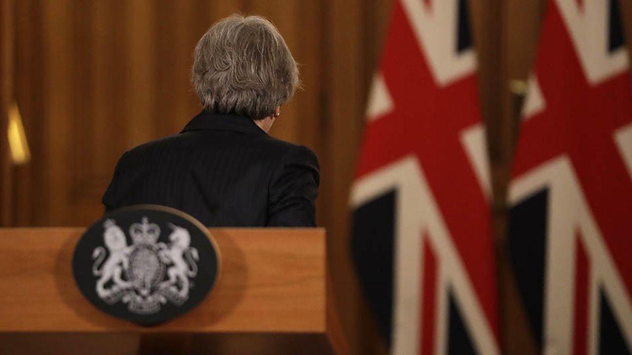 Theresa May a fait preuve ces derniers jours d'une détermination et d'une pugnacité hors du commun. Comme ici le jeudi 15novembre, à l'occasion d'une conférence de presse dont elle sort d'un pas décidé, après avoir montré qu'elle ne lâcherait rien.