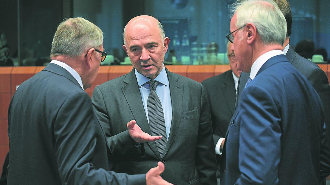 Les responsables de la zone euro (ici Klaus Regling, de dos à gauche, qui dirige le MES, et Pierre Moscovici, le commissaire en charge de l'Economie et des Finances) doivent aboutir, début décembre, à un projet commun à présenter aux chefs d'Etat et de gouvernement.