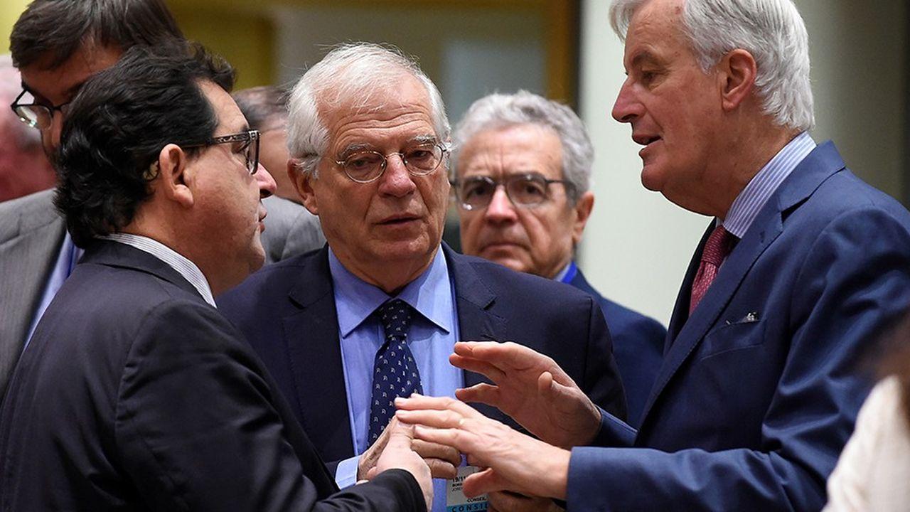 Le négociateur en chef du Brexit, Michel Barnier, en pleine discussion avec le secrétaire d'Etat espagnol, Luis Marco Aguiriano Nalda et le ministre des Affaires étrangères, Josep Borrell, avant le conseil des ministres à Bruxcelles, lundi 19novembre.