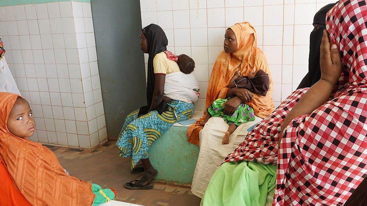 Des mères nigériennes attendent de recevoir un traitement au dispensaire Prince Albert de Monaco de Agadez.