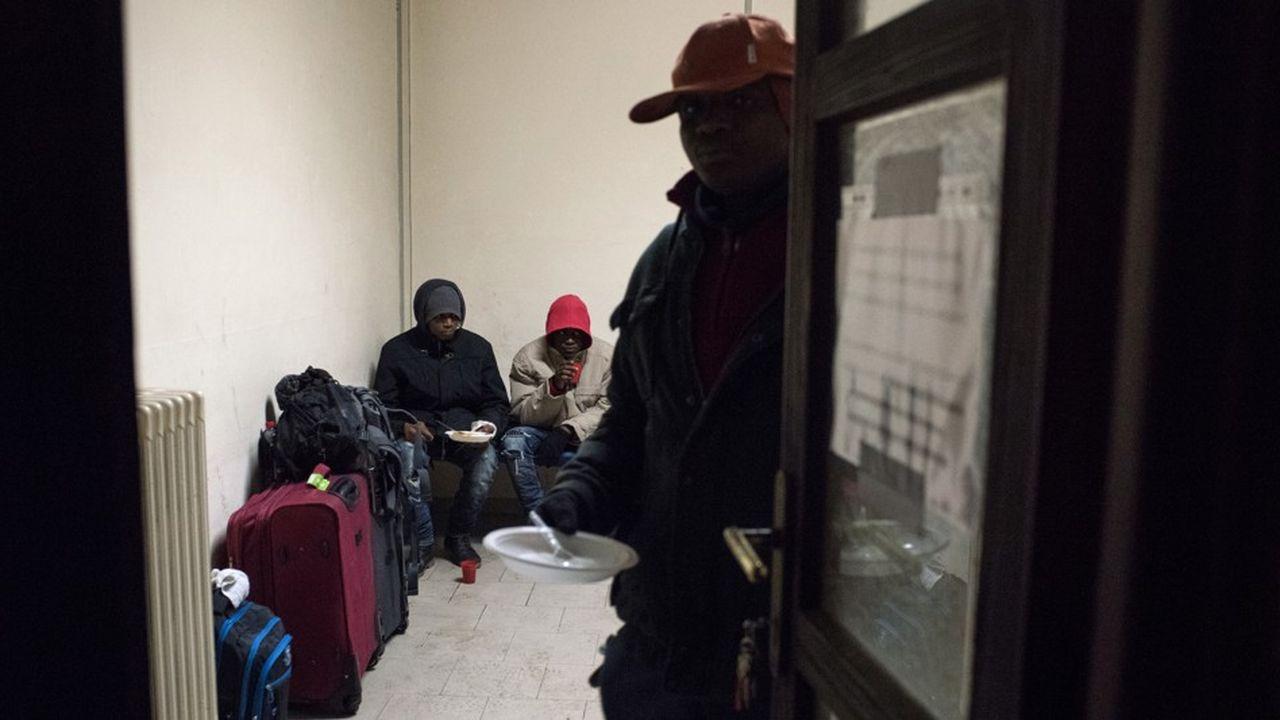 Des migrants sont nourris par une ONG à la station de chemin de fer de Bardonecchia en janvier2018.
