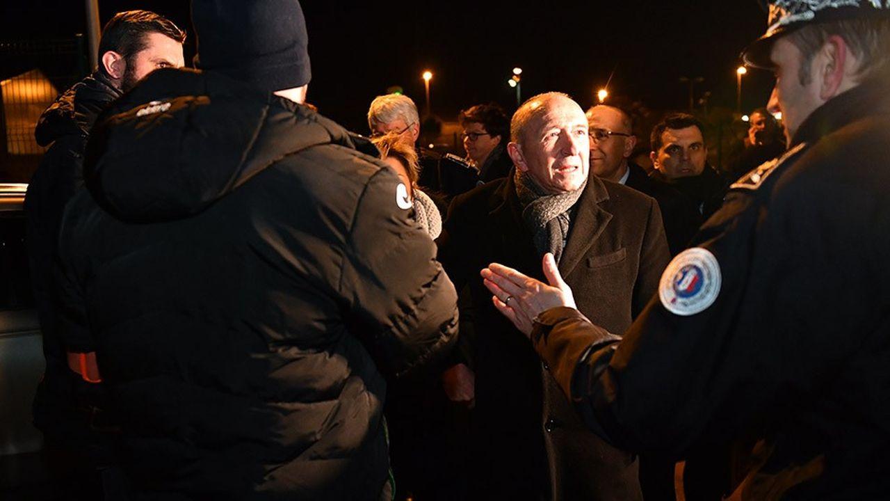 Gérard Collomb rencontre des gendarmes à Calais, le 2février 2018.