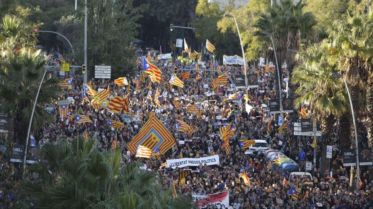 Les événements de ces derniers mois (attentat du mois d'août, violences policières lors du référendum d'autodétermination, manifestations, fuite des entreprises) ont brouillé l'image de Barcelone. Ici manifestation du 11 novembre 2017 contre l'emprisonnement de membres du Parlement catalan
