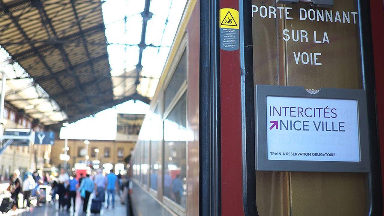 Quai d'accès aux trains Intercités à la gare Saint-Charles de Marseille.