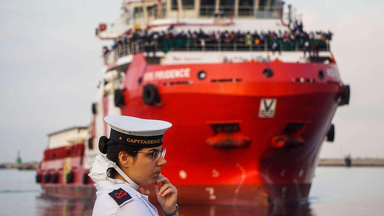 Une garde-côte italienne attendant un bateau de Médecins sans frontières transportant au moins 900 migrants à son bord.