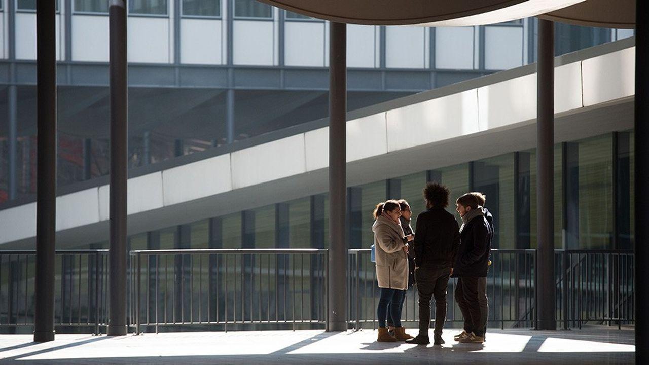 Des étudiants à l'université de la Sorbonne, à Paris.