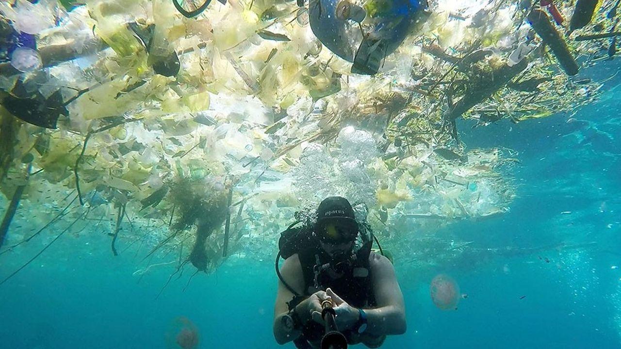 Le plongeur Richard Horner nageant au milieu des déchets plastiques qui flottent à la saison des pluies sur le site de Nusa Penida à Bali (Indonésie). La vidéo montrant cette plongée peu ragoûtante, publiée la semaine dernière, a fait le tour de la planète.