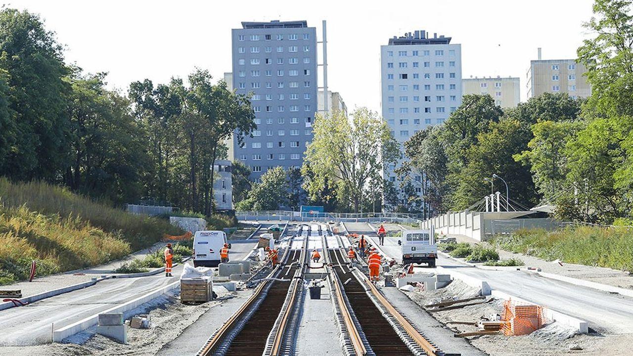 La pose des rames du chantier du tram de Clichy Sous Bois, va prendre fin en 2018. Puis la nouvelle ligne sera testée, vide, pendant cinq à six mois.