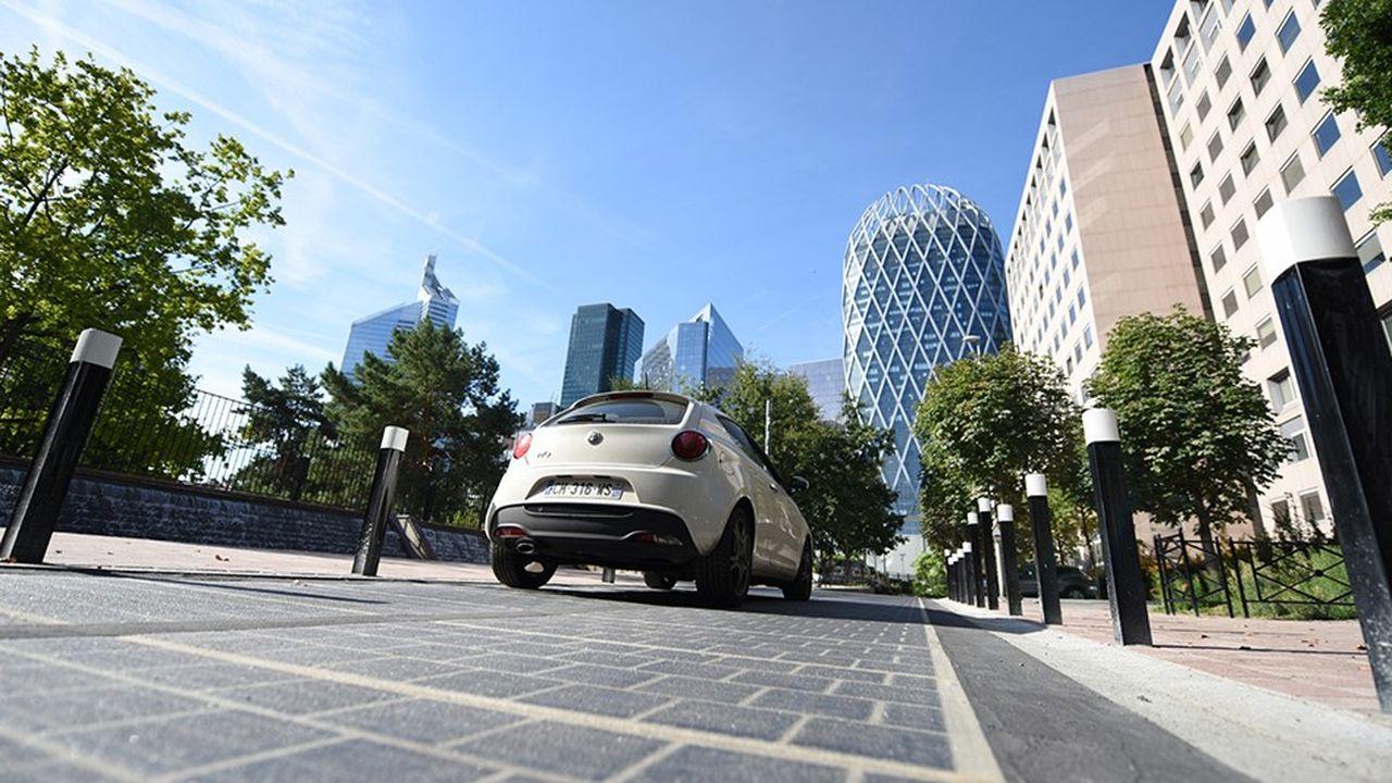 Parmi les sites d'expérimentation, Wattway a installé un tronçon de route solaire au pied des tours du quartier de la Défense, à Courbevoie.
