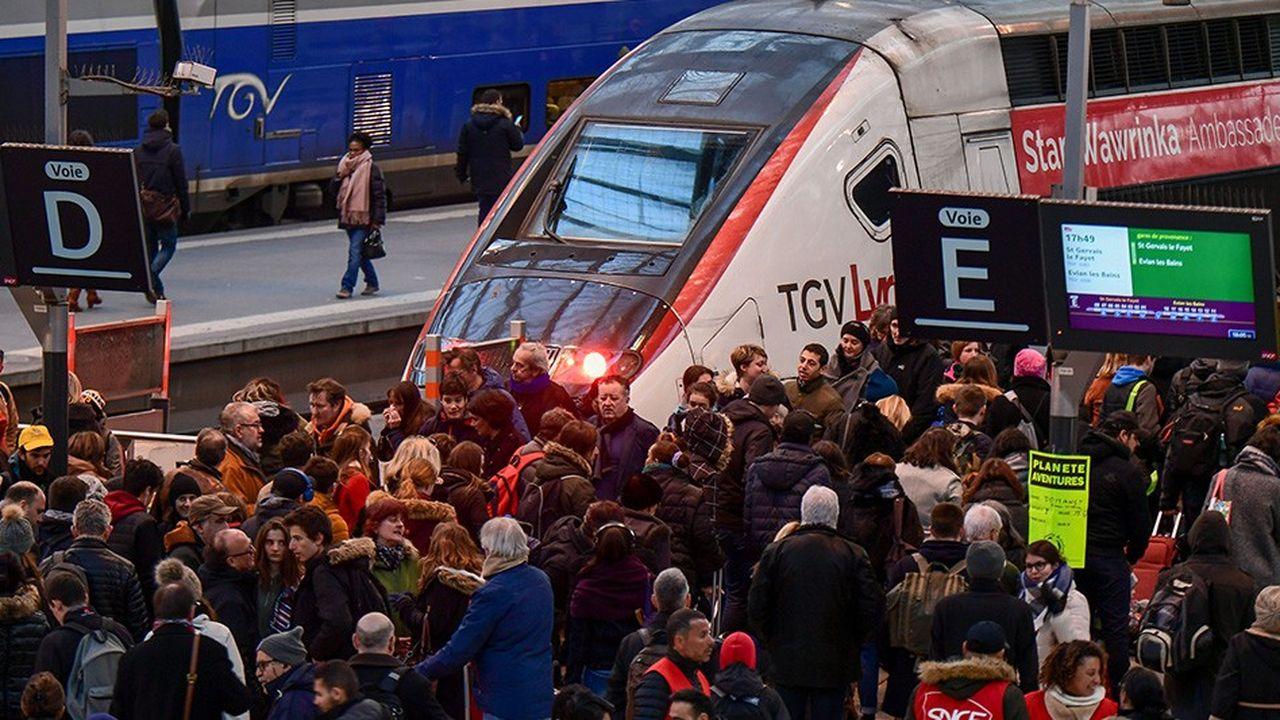 A la gare de Lyon, un TGV est sur le point de quitter Paris pour les Alpes.