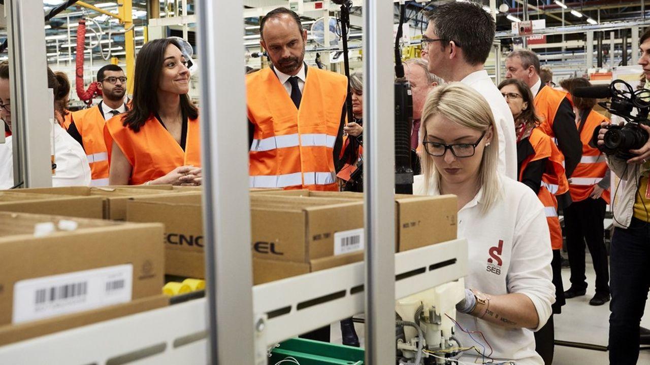 Le Premier ministre Edouard Philippe et la secrétaire d'Etat auprès de la Transition écologique et solidaire Brune Poirson en visite dans une usine du groupe Seb à Mayenne.