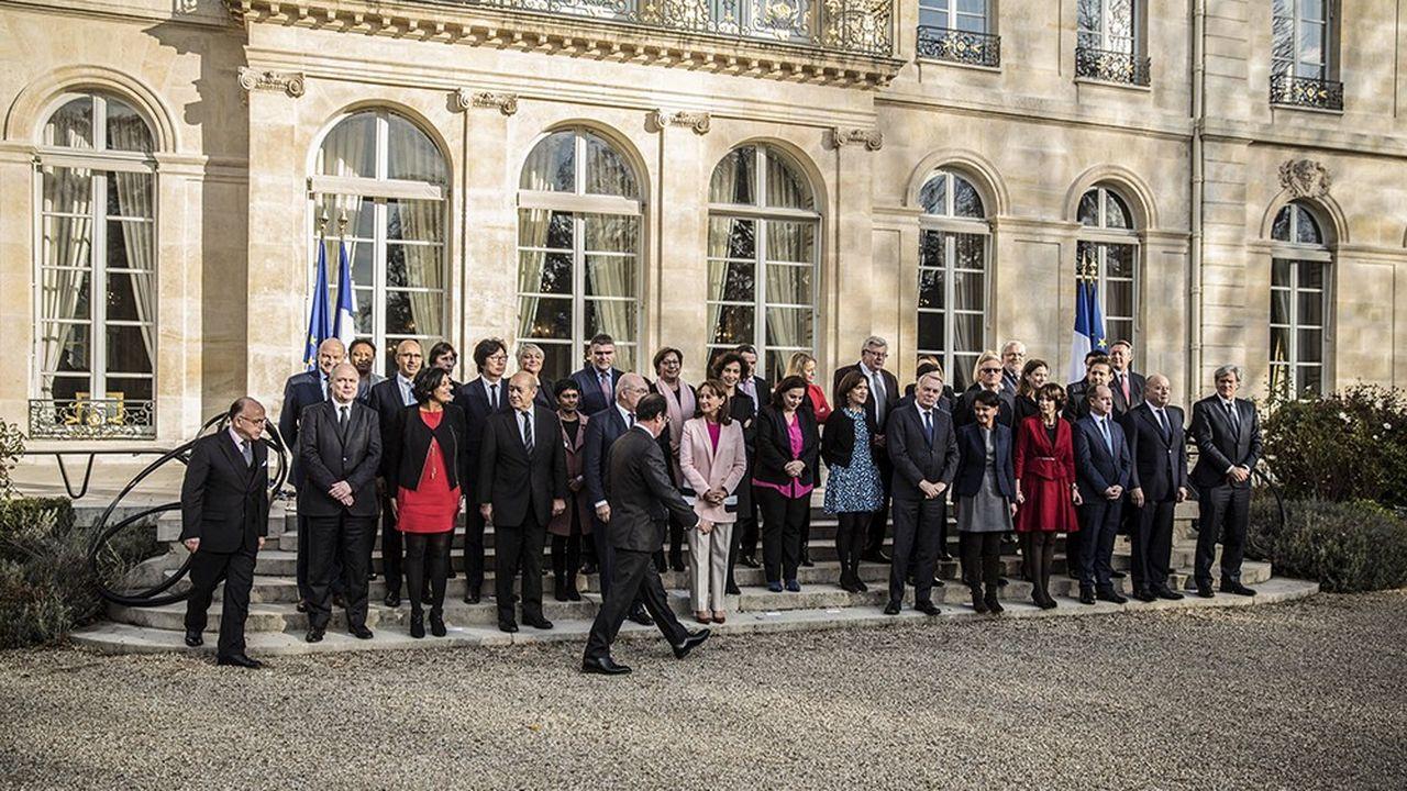 La photo de famille du gouvernement en décembre2016 lorsque François Hollande - qui a déjà renoncé à être candidat à sa propre succession - nomme Bernard Cazeneuve à Matignon, après le départ de Manuel Valls.