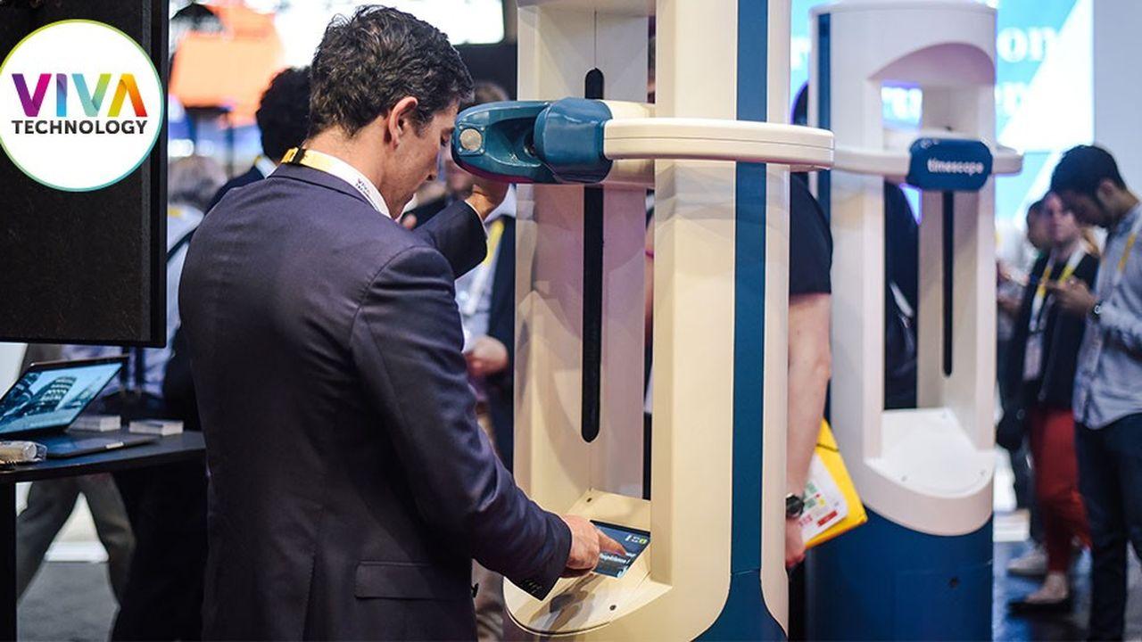 Paris, le 24mai 2018, lors de la troisième édition du Salon Viva Technology à la Porte de Versailles. Des visiteurs testent Timescope.