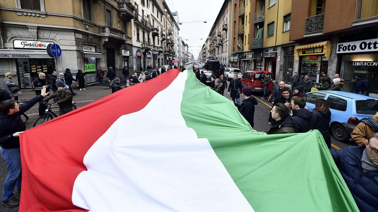Un drapeau italien géant, à Milan, lors d'un rassemblement politique organisé par le parti Fratteli d'Italia, en février2018.