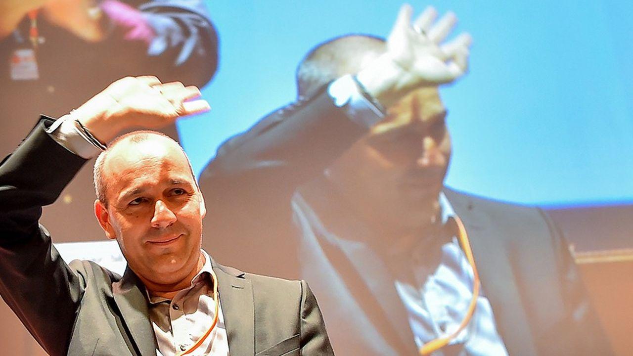 Laurent Berger, le secrétaire général de la CFDT, salue les militants lors du 49e congrès qui s'est achevé ce vendredi à Rennes.