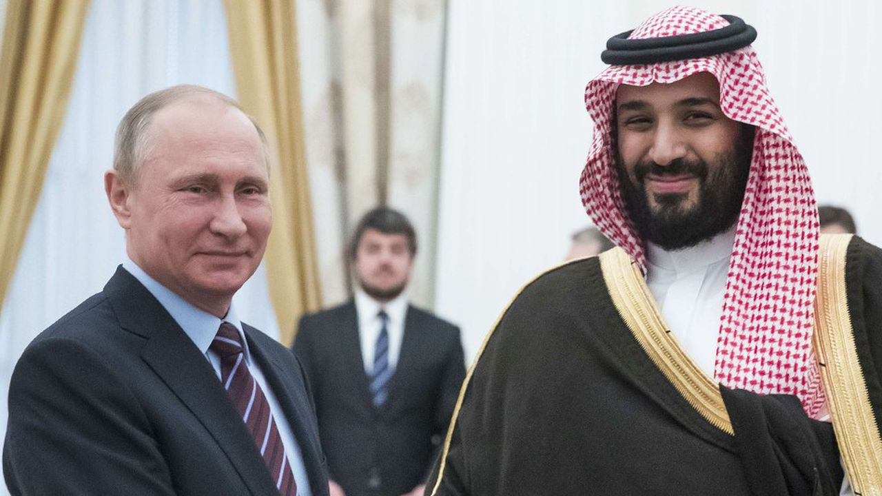 Le président de Russie Vladimir Poutine (à gauche) et le prince héritier d'Arabie saoudite Mohammed ben Salmane (à droite).