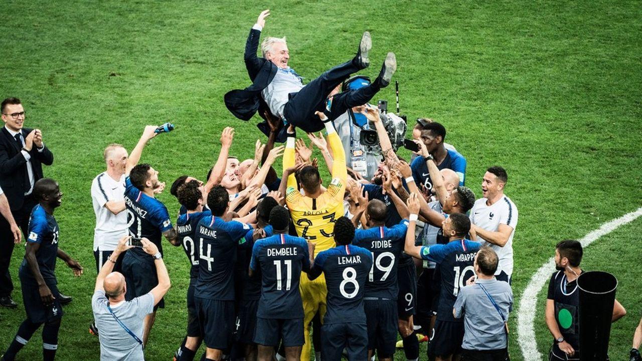 Le sélectionneur français Didier Deschamps porté en triomphe par ses joueurs après la victoire en finale de la Coupe du monde.