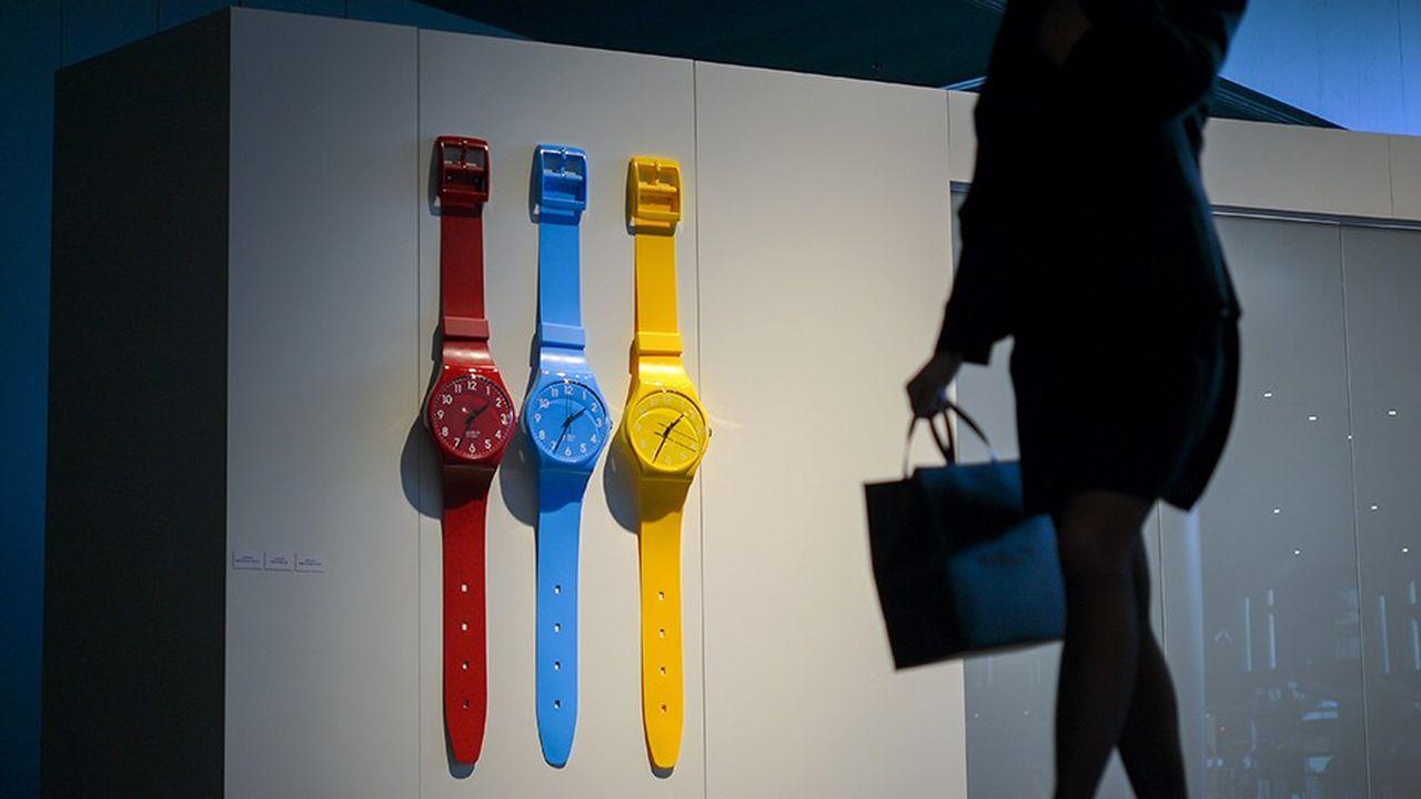 Une cliente près d'un stand Swatch, à la foire horlogère Baselworld, en 2013 à Bâle (Suisse).