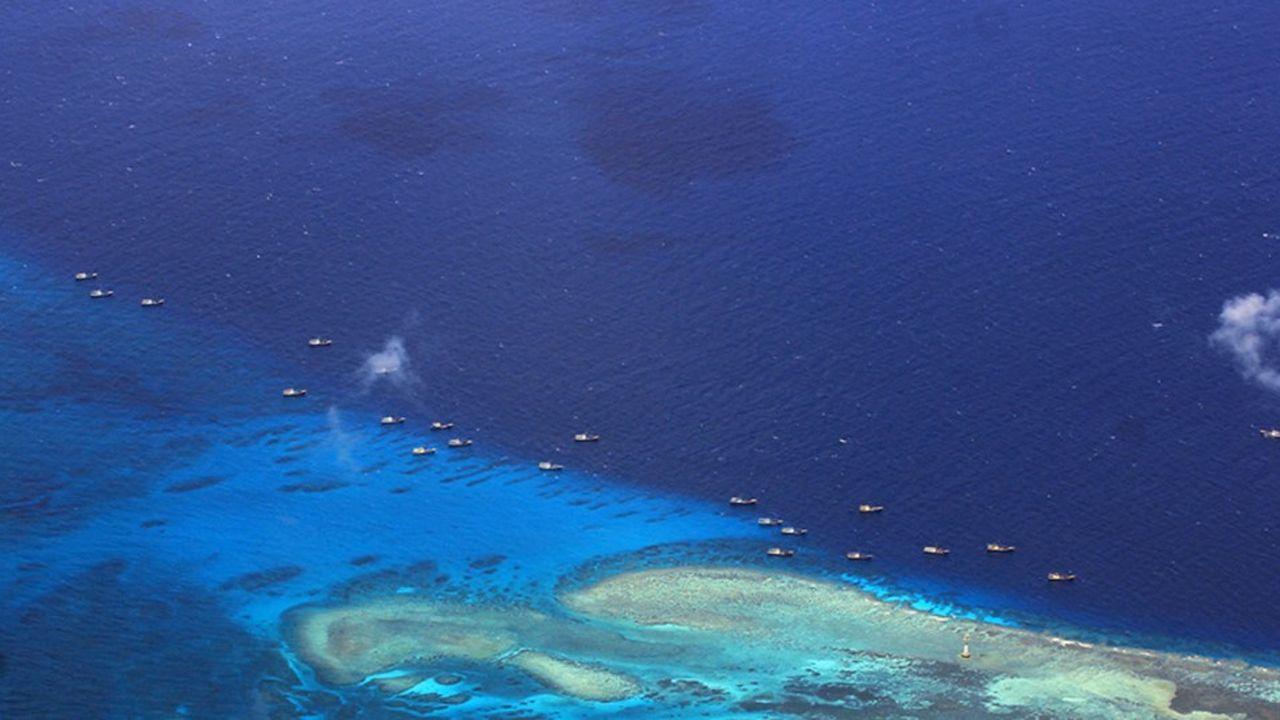 Le récif de Fiery Cross dans l'archipel des Spratleys était entouré de bateaux de pêche en 2012 (photo). Il s'est doté depuis d'un port en eau profonde et d'une piste d'atterrissage permettant d'accueillir des gros porteurs.