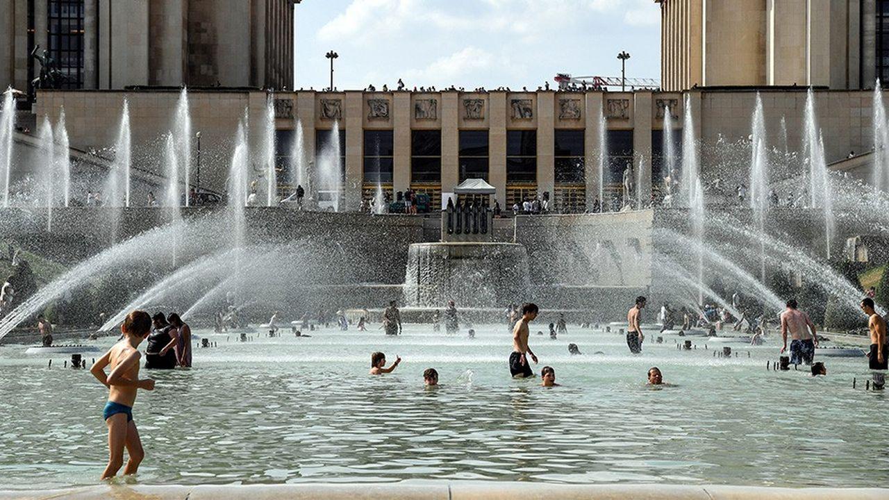 La fontaine du Trocadéro fin juillet. Malgré de rares expérimentations,la ville de Paris s'est jusqu'à présent contentée de promouvoir des gestes que les Parisiens ont déjà adoptés depuis la grande canicule de 2003.