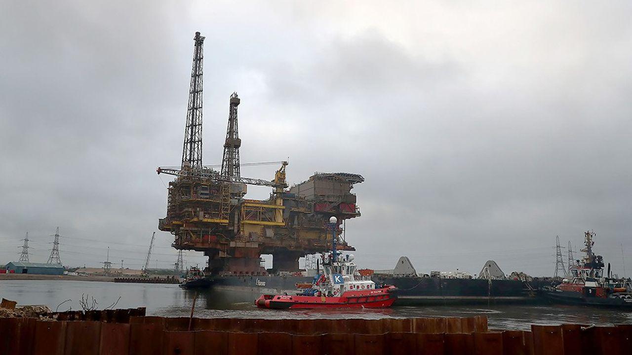 La plate-forme Brent Delta de Shell, située au large des îles Shetland, a été hissée sur un navire et acheminée dans le port de Teeside, au nord-est de l'Angleterre, pour être démontée.