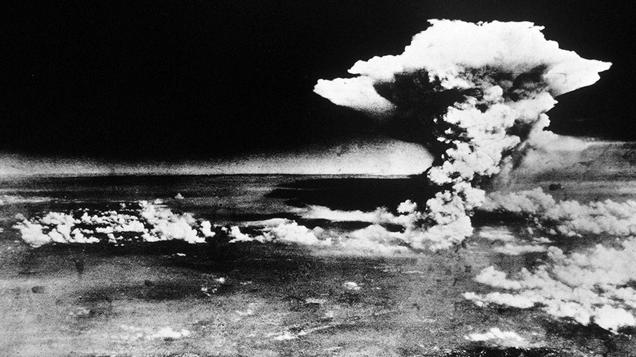 Photo du gigantesque nuage généré par l'explosion de la bombe atomique Little Boy à Hiroshima, le 6août 1945.