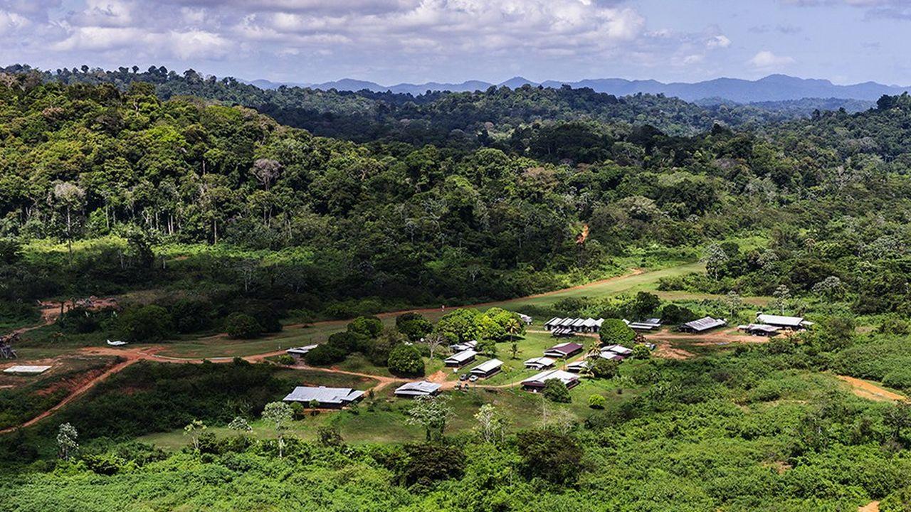 Vue aérienne du site du projet de mine Montagne d'Or, en Guyane française.