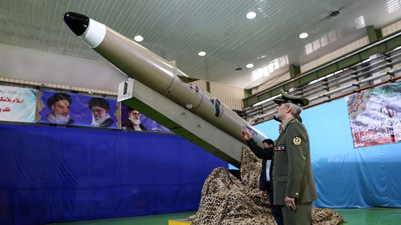 La télévision iranienne retransmet une cérémonie où le ministre de la Défense vante les mérites d'un nouveau missile 100% fabriqué en Iran