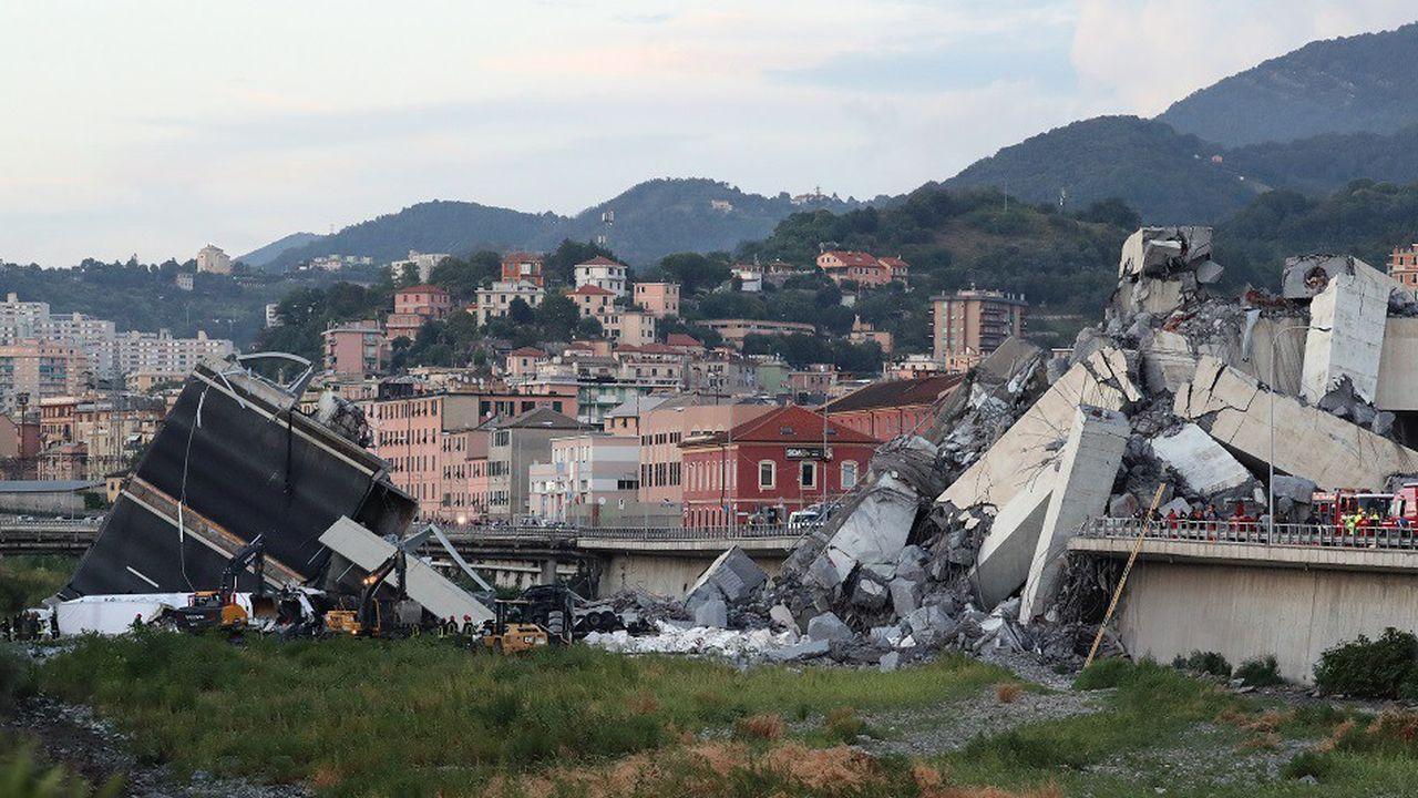 Plusieurs centaines de pompiers inspectent les décombres sous le pont effondré pour tenter de retrouver des survivants.