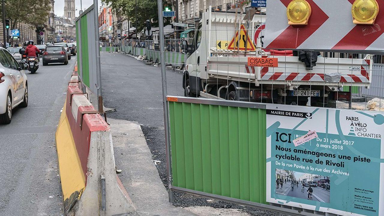 Chantier rue de Rivoli à Paris pour créer une large piste cyclable.