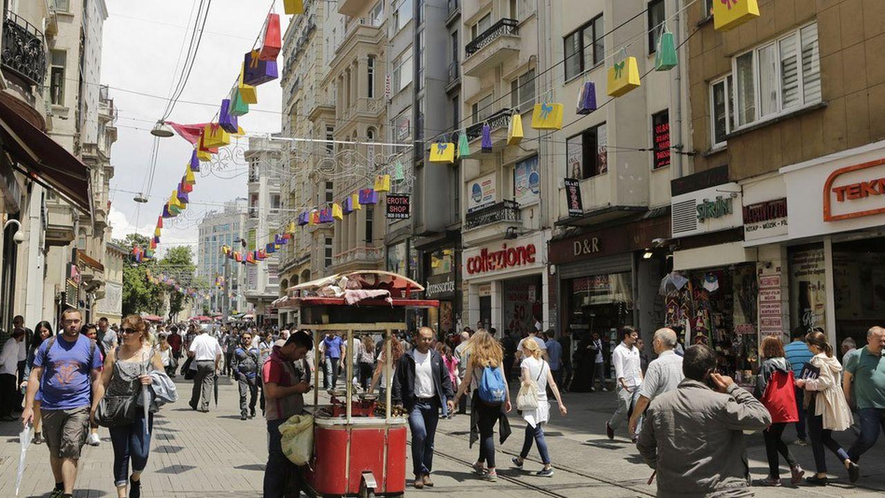 Les rues commerçantes turques, comme ici à Istanbul, sont moins animées du fait de la chute de 40% de la livre turque depuis le début de l'année.
