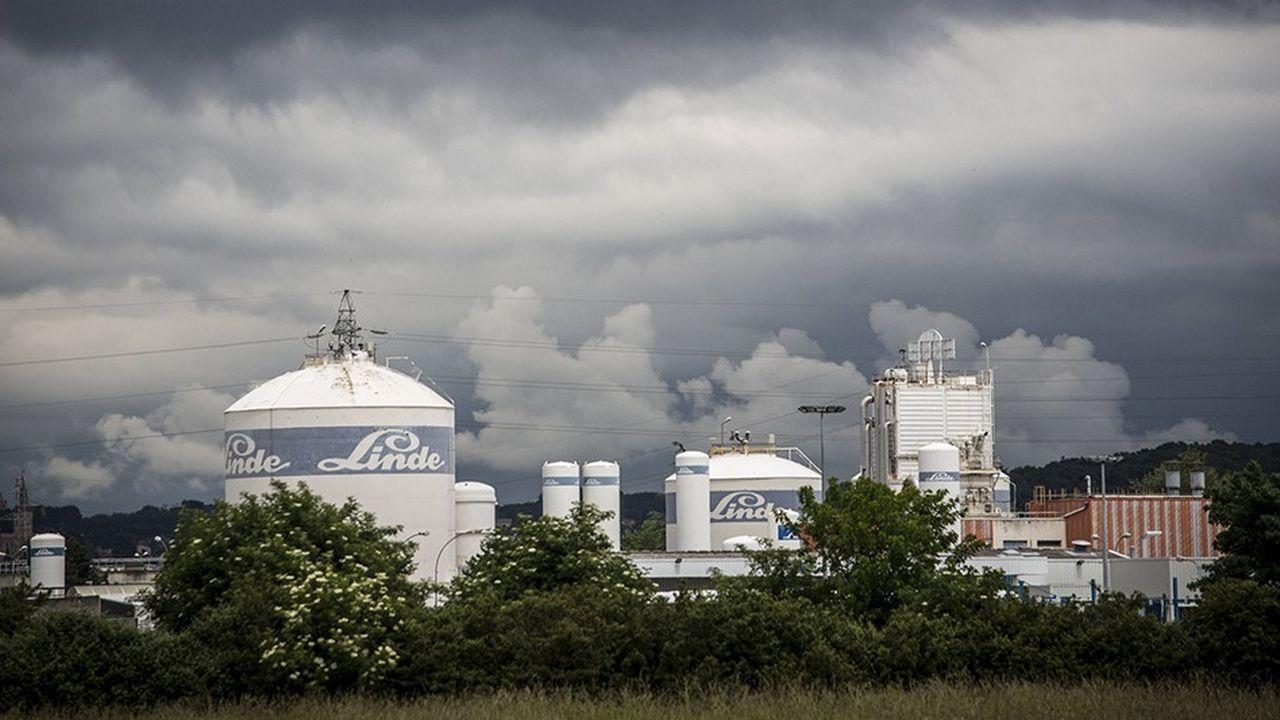 Linde et Praxair sont deux des trois plus grandes sociétés au monde dans l'approvisionnement en gaz industriels, gaz médicaux, gaz à usages spéciaux et en hélium.