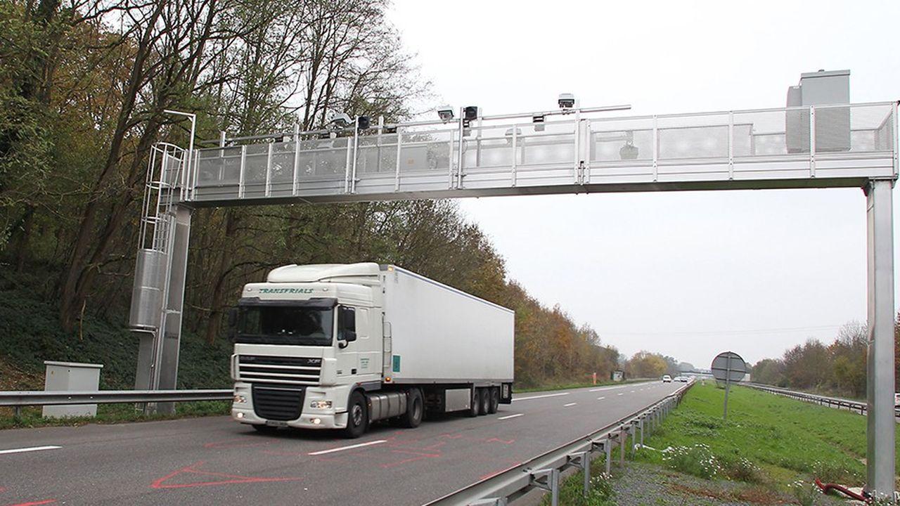 Face à la menace d'un mouvement des transporteurs routiers sous la houlette des « bonnets rouges » bretons, le projet d'écotaxe pour les poids lourds avait été purement et simplement abandonné en octobre 2014 par Ségolène Royal, alors ministre de l'Ecologie.
