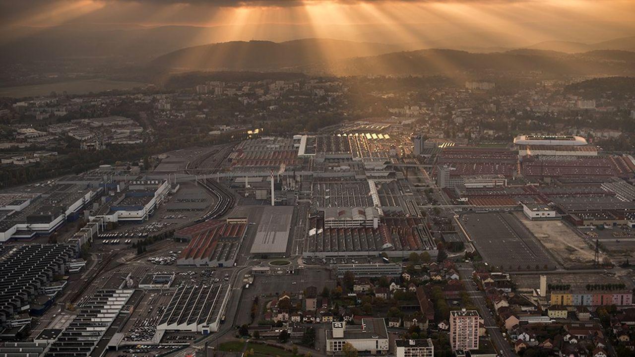 Vue aérienne de l'usine PSA, le plus important site industriel de France, usine historique du groupe automobile. Sochaux, France, octobre2016.