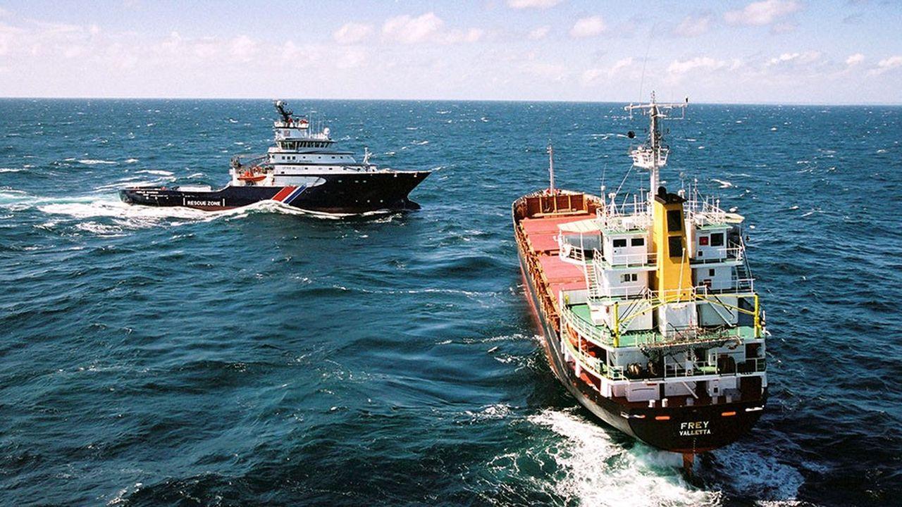 Le remorqueur de haute mer l'Abeille Bourbon à gaucheprenant en charge un cargo.
