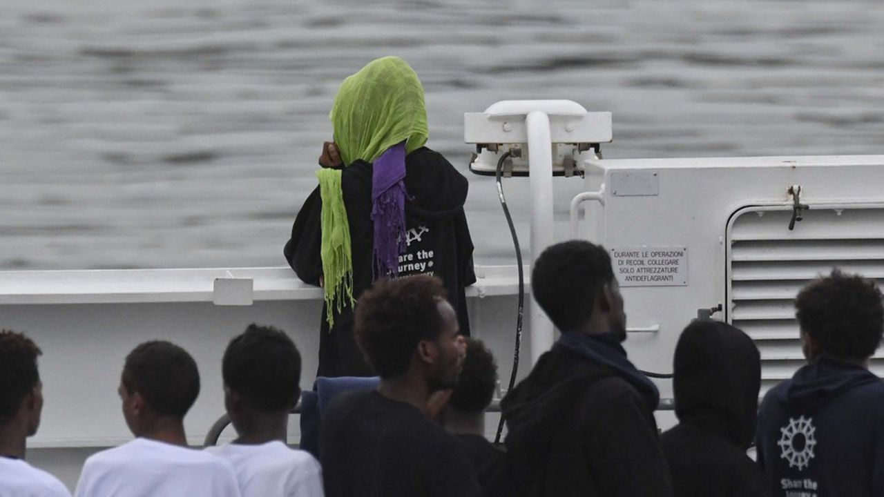 Les migrants sur le pont du navire des garde-côtes italien, Diciotti, attendent de savoir où ils seront débarqués.