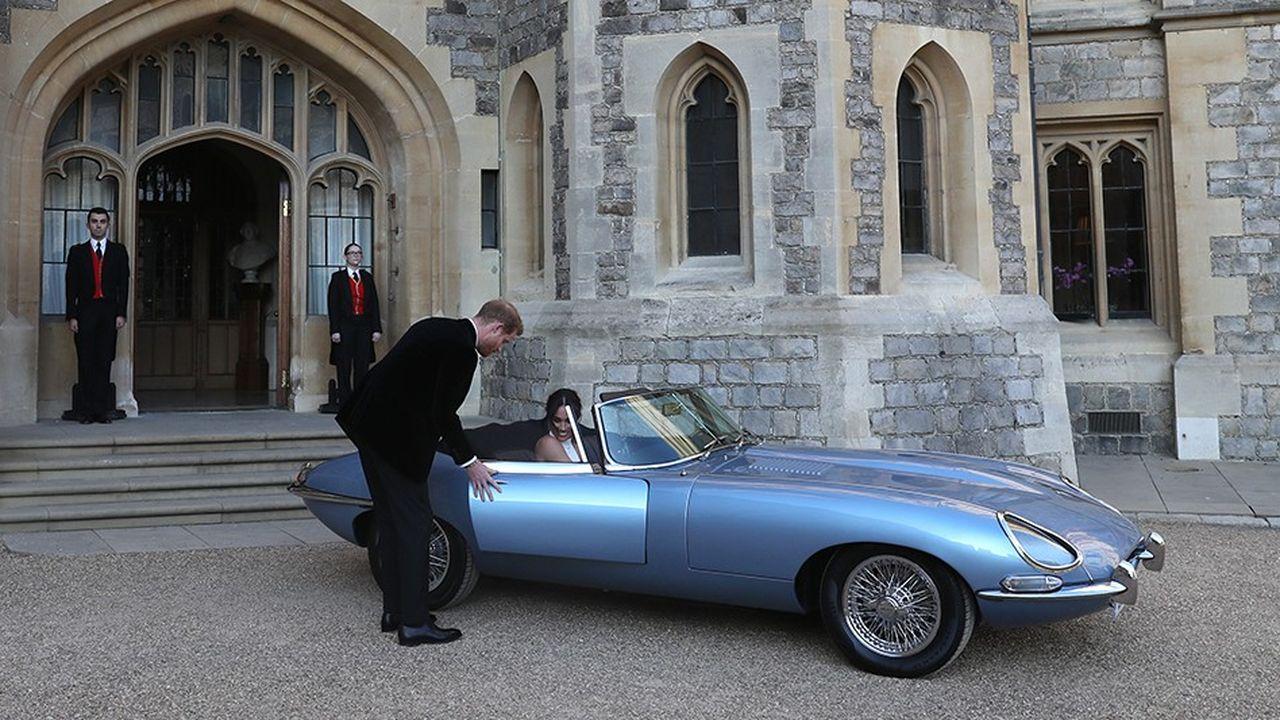 La duchesse et le duc deSussex montent à bord d'une Jaguar E-Type électrique.