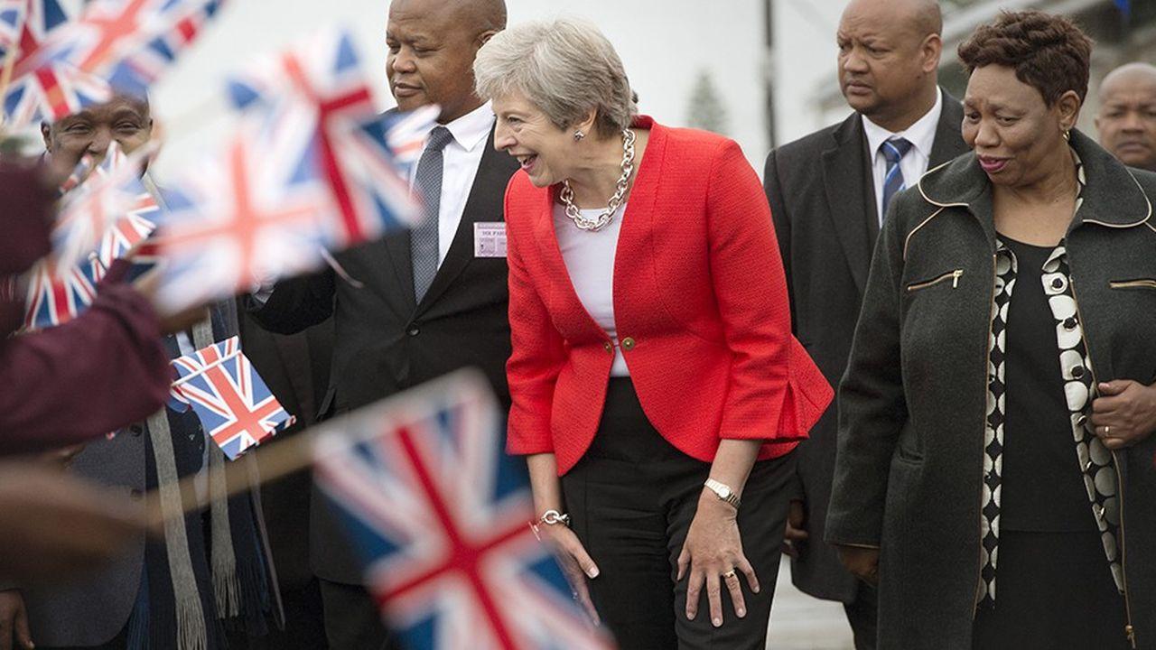 Theresa May visite une école en Afrique du Sud, à une quinzaine de kilomètres du Cap. Elle espère faire du Royaume-Uni « le premier investisseur des pays du G7 en Afrique » d'ici à 2022 et compenser par de nouveaux contrats commerciaux la sortie de l'UE.