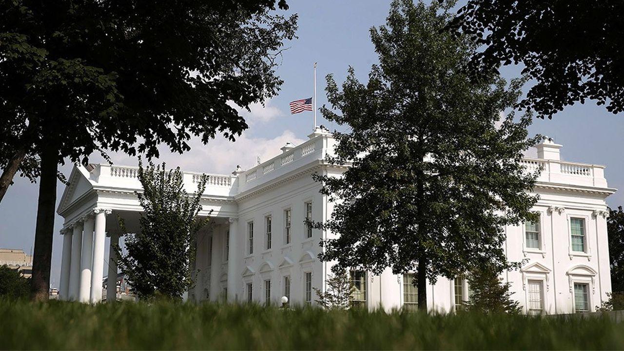 Les drapeaux qui flottent au-dessus de la Maison-Blanche ont été de nouveau mis en berne lundi après-midi en hommage au sénateur décédé samedi