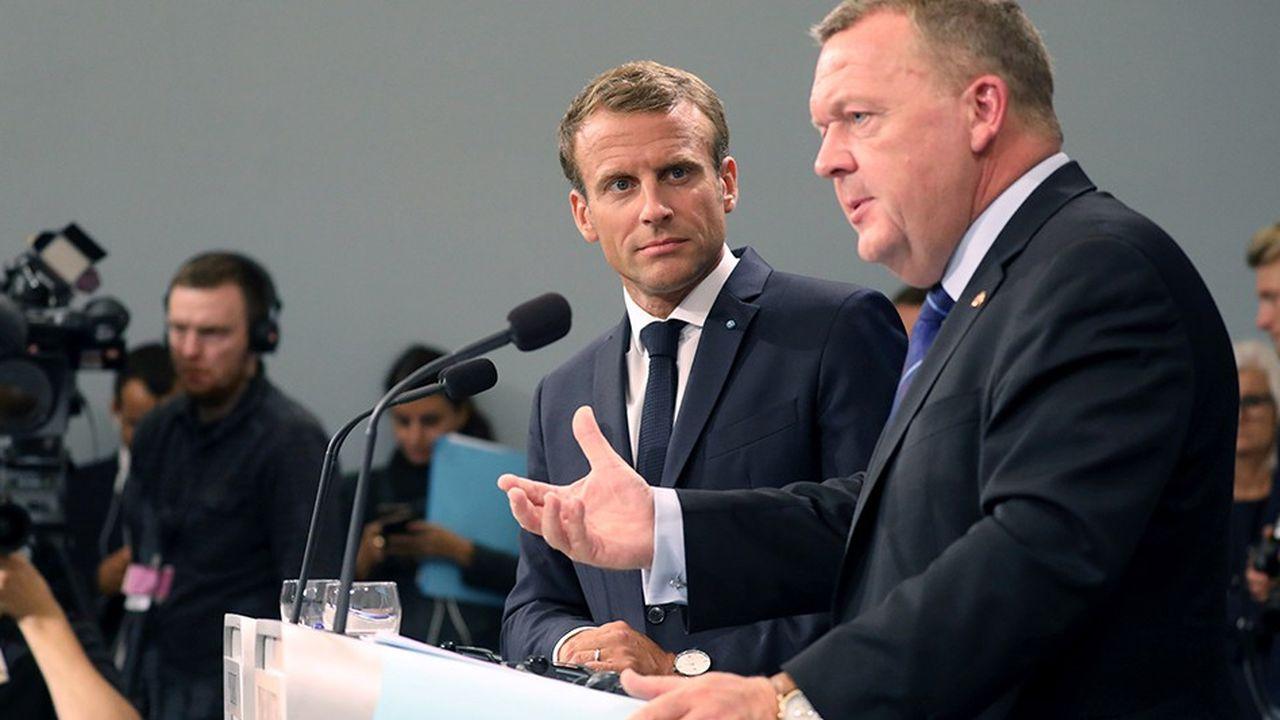 Au cours d'une conférence de presse conjointe mardi à Copenhague, le Premier ministre danois Lars Lokke Rasmussen explique au président français Emmanuel Macron les vertus du modèle nordique.